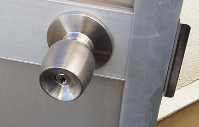 カバエースに取り替えた勝手口の扉