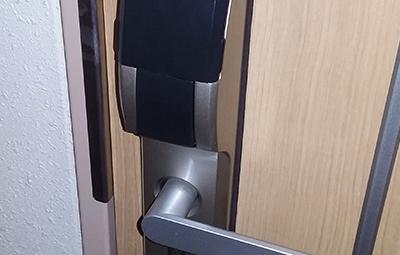 ALPHAの電子錠が付いた開かない玄関ドア