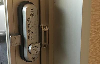 徘徊防止の為にキーレックスを設置したドア