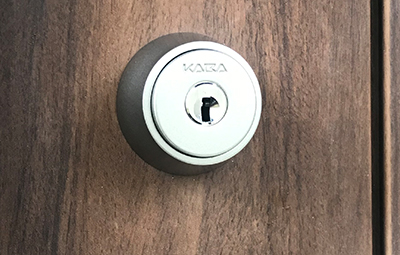 玄関の鍵をカバエースに鍵交換