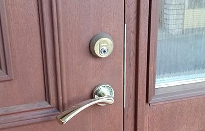 玄関の鍵をカバエースに交換