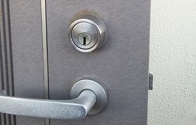 鍵を開け閉めしづらい玄関のGOALの鍵修理