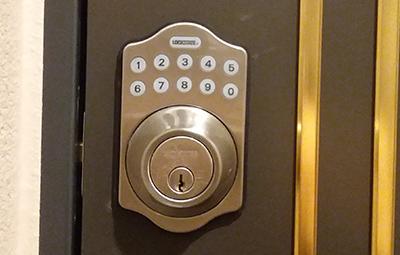 電子錠リモートロック5iが付いた玄関ドアの鍵開け