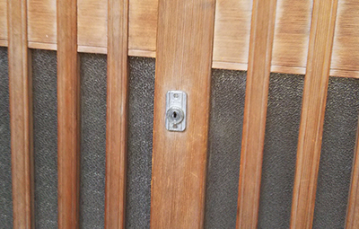 古い鍵が付いた玄関の引き戸